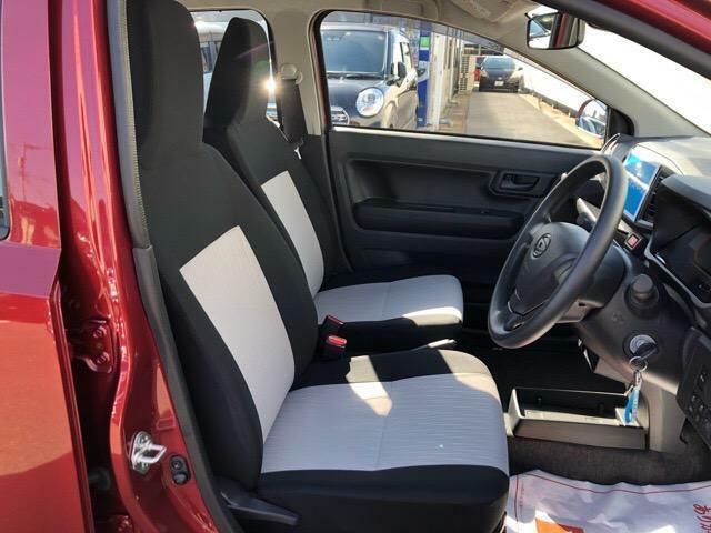 フロントセパレートシートです!座席の中央にはシフトレバーがございます♪