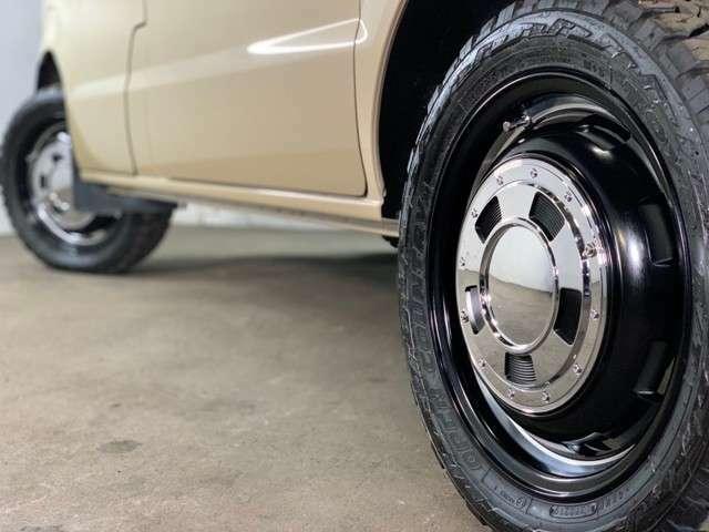 センターキャップ着用Ver★エブリィをリフトアップすると、大きな純正バンパーでタイヤが隠れオフロード感が台無し…ハイスタイルバンパーにする事でタイヤを見せるスタイルに変身!RTタイヤを最大限に強調(*^▽^*)