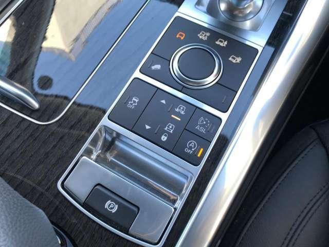 あらゆる路面に対応するテレインレスポンス!ランドローバーの高い技術でオンロードからオフロードまで道を選ばず走行可能。電子制御エアサスペンションはスムーズな車高調整により快適な乗り降りをサポートします。