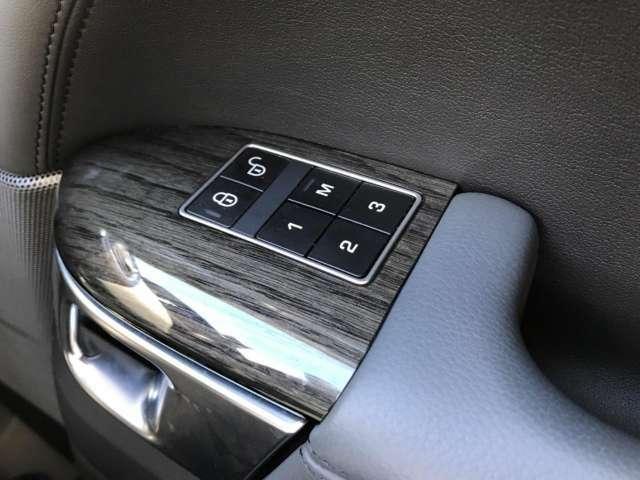 メモリー機能付きパワーシートを装備!3名様分のポジションを記憶でき、誰が乗っても元のポジションにボタン一つで戻せるため、毎回、シートを調整する手間が省くことができます。