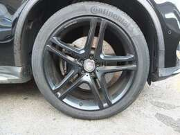 AMG製22インチマットブラック仕上げホイールを装備!!タイヤは4本共にコンチネンタル スポーツコンタクト5P  ベンツ承認タイヤです。