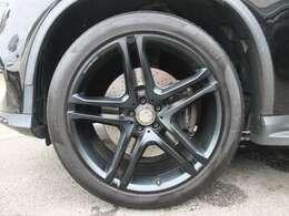 AMG製22インチマットブラック仕上げホイールを装備!!タイヤは4本共にコンチネンタル スポーツコンタクト5P  ベンツ承認タイヤの新品に交換します。