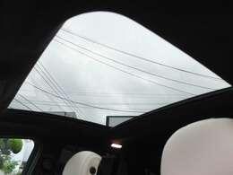 開放感のあるパノラミックスライディングルーフ装備車です。