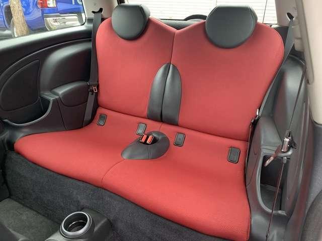 後部席のシートはご覧の通りとてもキレイでございます♪サイドの収能量も豊富で安心してお乗り頂けます♪