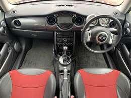 赤×黒のおしゃれなハーフレザーシートになります♪座り心地もよくボディの赤とマッチしておりかっこいい1台でございます♪