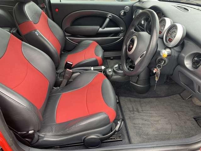運転席は目立つ様な焦げ跡や汚れも無く綺麗な状態です♪ホールド感のあるシートで足元も広々としていますので、疲れにくくゆったりとお乗り頂けます♪
