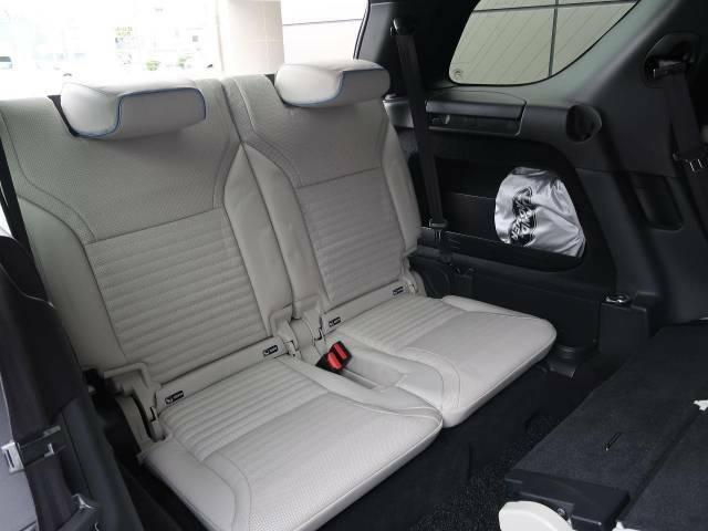 3列目シートも電動シートになっており、ラゲッジルームのボタンからシートの開閉が可能です。また、エアサスペンションの調節もこちらのボタンから可能です。