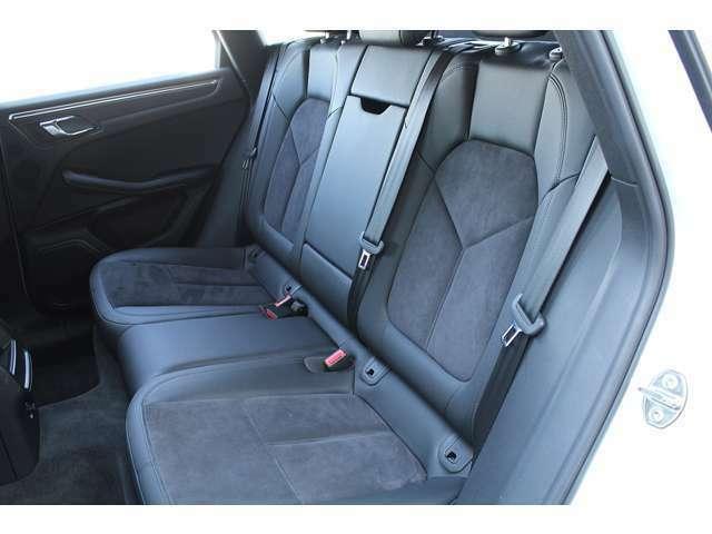 ■後部座席も同様、年式・走行距離が浅いのでシートの大きな傷・へたりもなく全くと言っていいほど使用感はございません。後席は分割可倒式となっておりますので倒してトランクをより広くお使い頂けます!