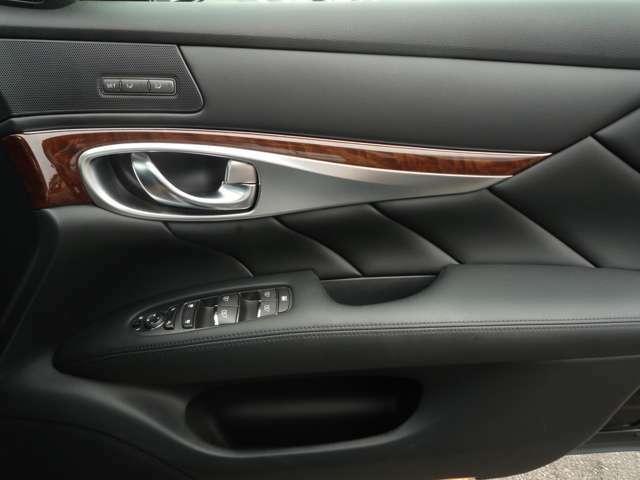 乗り降りで多く使用する運転席ドアですが、多少の使用感はありますが比較的綺麗です!