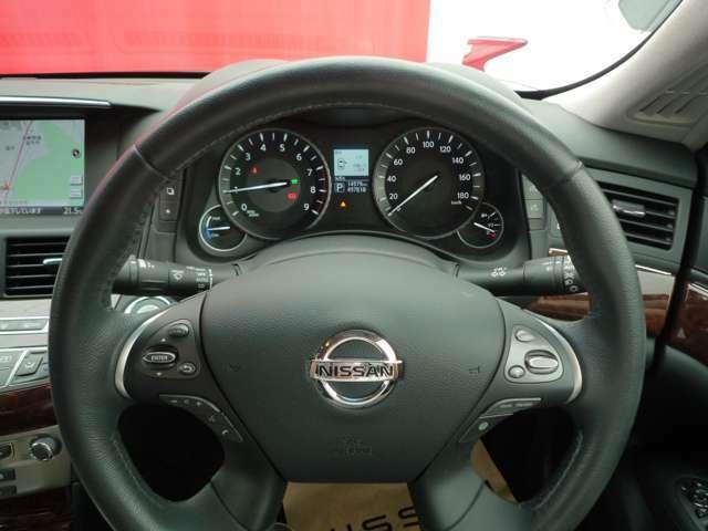 メーターも見やすく、ハンドルには各種スイッチがあり運転中でも操作がしやすくなっております!