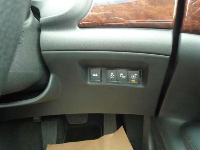 運転席右側にトーランクオープンスイッチなどがあります!