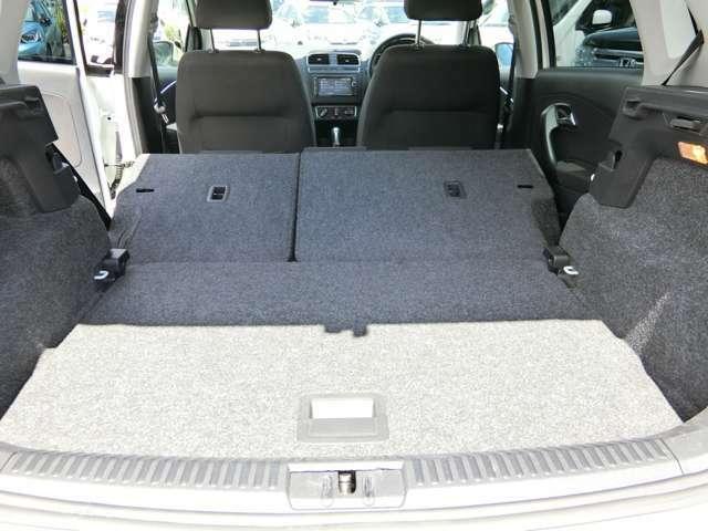 後部座席を前に倒すとこれだけのスペースができます。レジャーなど大きな荷物でも積めるので様々なシーンに対応ができます。