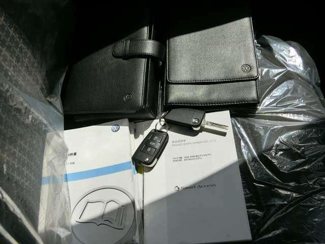 純正の車検証入れとキーレスキー2個に取扱説明書も付いております。