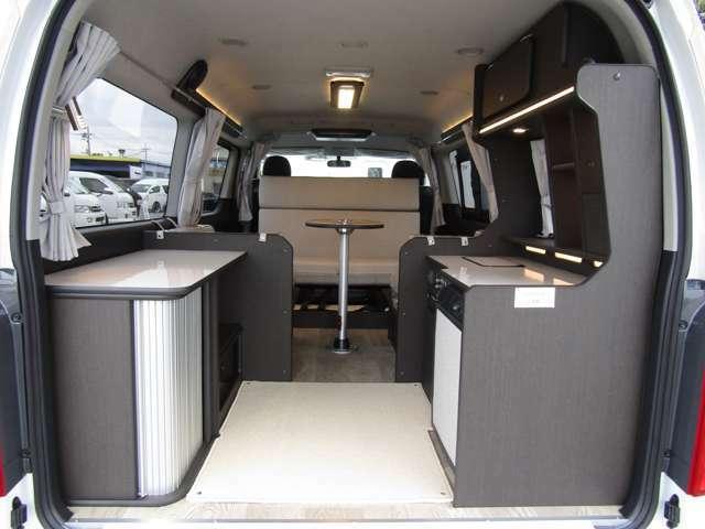 広く使えることを考えたキッチン&収納スペース。シンク・冷蔵庫と対面に大型カウンターを設置しています♪