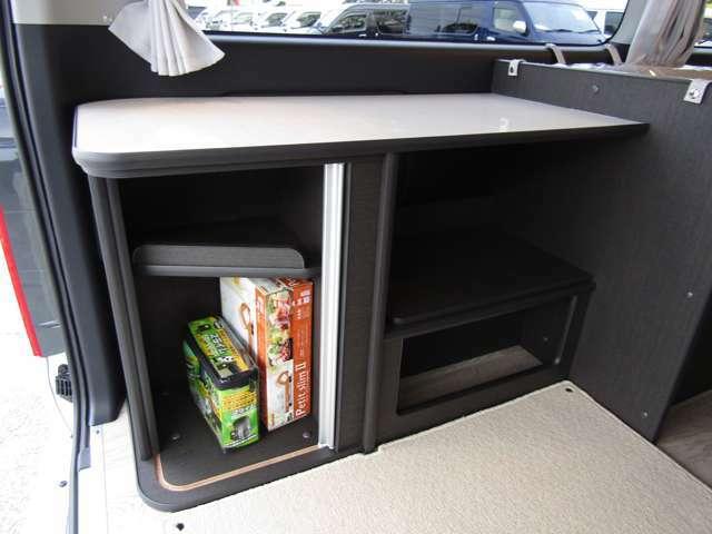 サイド家具には、収納スペースを設けています。多彩な収納も魅力的♪(じゃばら式扉もアクセント)