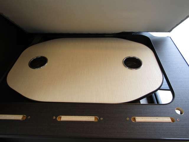 ダイネットテーブルをシートの下に収納できます。テーブル収納時もサイドより荷物の出し入れも出来ます♪