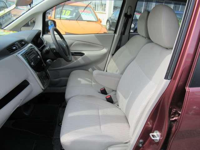 インパネシフトで運転席&助手席の足元広々!足元が広いと車が広く感じますよ♪乗るならこのタイプがオススメです!