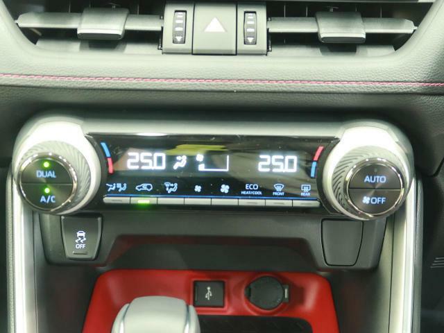 【左右分離型フルオートエアコン】運転席と助手席でそれぞれお好みの温度設定が可能で全席にも最適な空調をお届け致します。