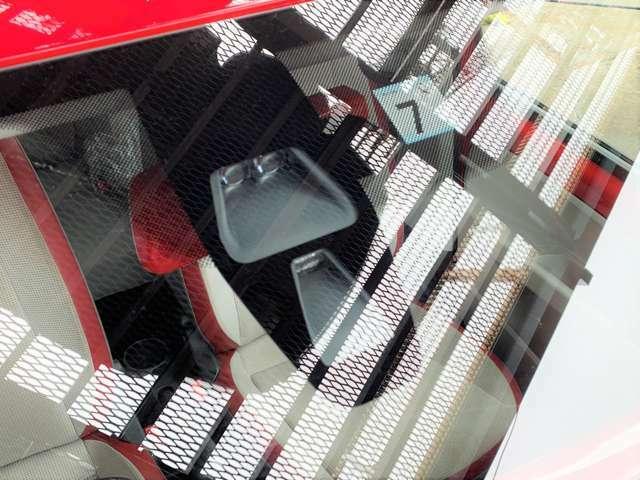 シティエマージェンシーブレーキは、時速約5~30km未満で走行中フロントガラス上部の赤外線レーザーセンサーで10m前方までの車両や障害物を検知し、ブレーキ操作をしなかった場合自動的にブレーキをかけるものです