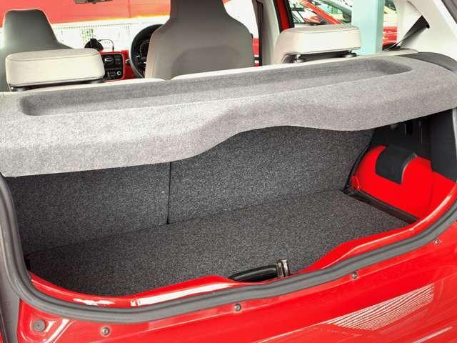 開口部が大きく、荷物出し入れがしやすいです。トノカバーもついているので、荷物が外から見えなくなりプライバシーも守られます。