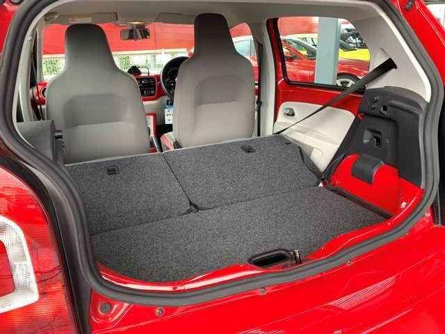 後部座席を倒せばさらに大きな荷物も積み込む事ができます。分割式シートなので、様々なシーンに対応します!