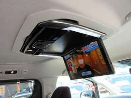 大人気のアルパイン製12.8型フリップダウンモニター付き♪ 大画面のモニターで後席もより快適なドライブができますね♪