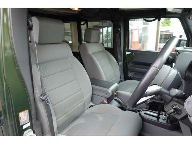 使用頻度の高い運転席のシートは極端なシートの痛みも無く綺麗です!