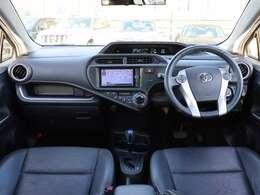 【 前席全体 】ブラックを基調としたシックな車内、うっすらと光沢のある専用ブラックレザーシートも採用され上質な空間が演出されています!