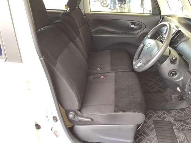 フロントは助手席への移動も簡単にできる、ゆったりのベンチシートです。