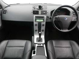 距離が2万km台のV50をご紹介♪外色はV70Rなどでお馴染みのチタニウムグレーM、内装はシックな黒のレザーシートになります!ヘッドライトも綺麗な状態になります。