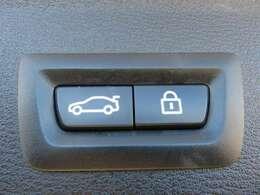 純正オプション装備のリヤ電動ゲートは、開閉ともにドライバーズしーとから行えます。雨や寒い時期に外に出ることなくトランクを開閉出来ます。