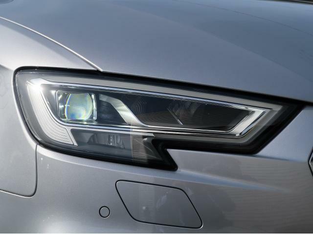【LEDヘッドライト】太陽光に近い光源で路面を照射するLEDヘッドライトは独特のデザインが特徴。より高い安全性と利便性、かつ消費電力は少なく、長い耐用年数を誇ります。