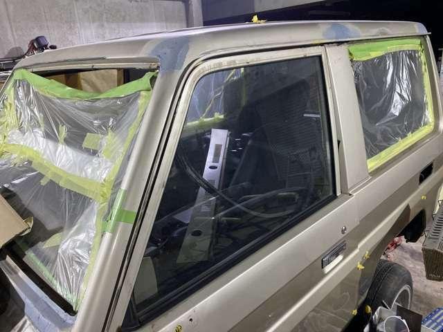 外せる部分は取り外して塗装します。ゴム類新品多数使用します。