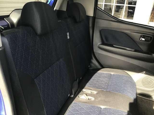 セカンドシートもゆったりと座れますよ。成人男性(170センチ65キロ程度を想定)二名で座っても足が組めるゆとり!シートはスライドしますので、大柄な方でものんびり座れますね!