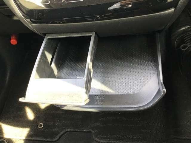 ドライブ中、立ち寄ったSAの駐車場で、ちょっとした軽食を楽しみながらコーヒーブレイク。そんな時に重宝するのがこの引き出し式ミニテーブルとカップホルダー。使わないときはスッキリ収納できるのが◎。