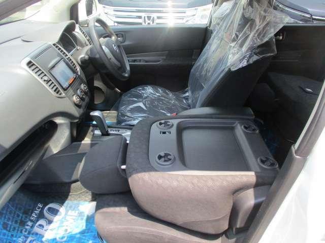 助手席のシートが倒れ長い荷物も入ります
