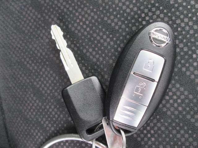 インテリジェントキーはバッグやポケットの中に入れたままでもドアのスイッチを押すだけでドア・バックドアを施錠開錠可能。鍵を取り出す必要がないので、お買い物で手が塞がりがちな女性にも嬉しい装備です(1本)