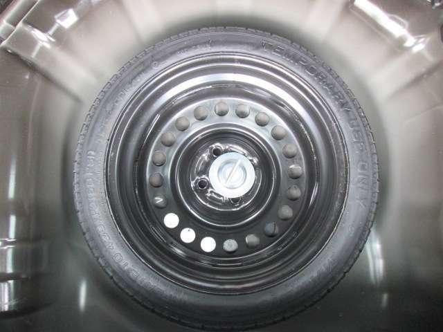 応急タイヤ(テンパータイヤ)ラゲッジ下に収納