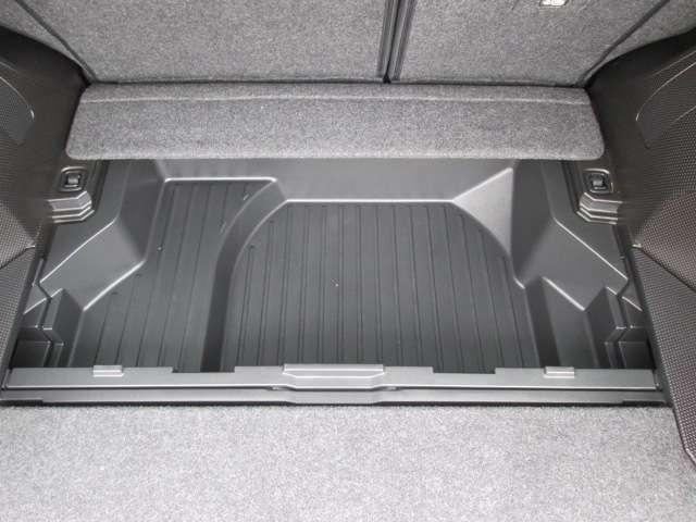 ラゲッジ下に収納ボックス(ラゲッジルームの下にも広いスペース。普段使わない荷物の収納に便利です)