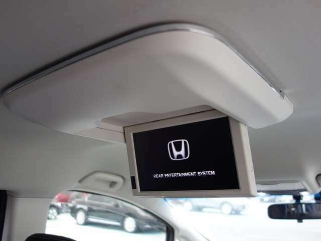 【リア席モニター】リア席モニター装備車です。リアシートでもTVやDVDが楽しめます。小さなお子様や複数人で乗車中も飽きる事なく楽しく移動できます!