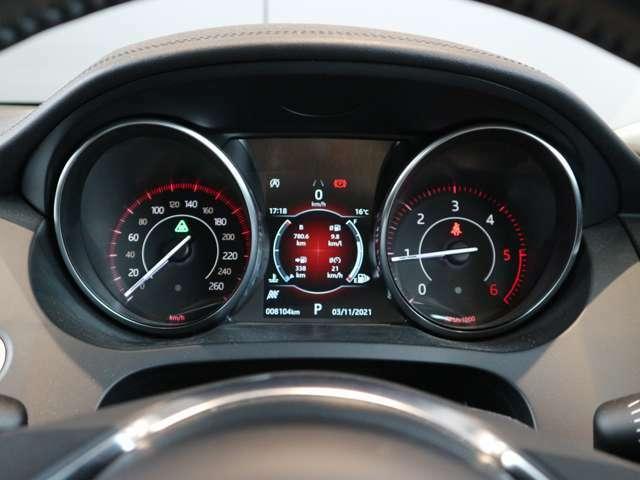 センターには情報パネルを配置 燃費情報や運転支援等表示が可能です。