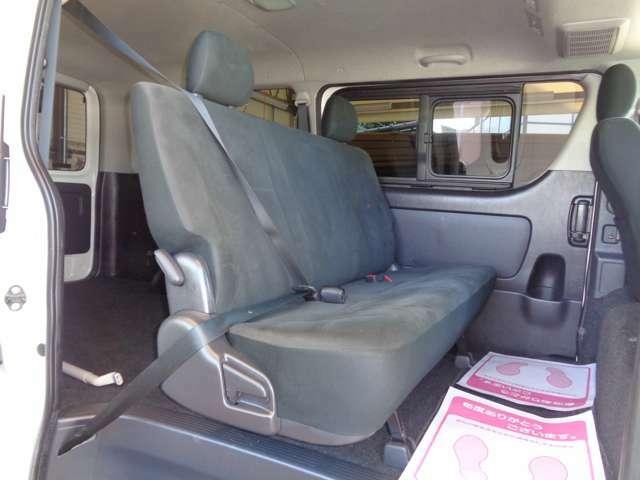 スーパーGLなら後席も快適!専用リクライニングシート・Wエアコン・両側スライドドアイージークローズ・スライド窓!リアフィルムでエアコン効率にも効果的!リアシートベルト標準装備で同乗者も安心!