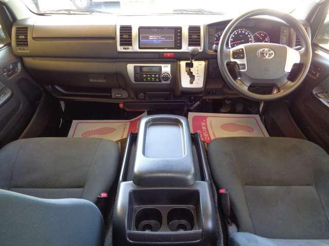 クリーニング済みの綺麗な運転席!気持ち良くお乗りいただけます!Wエアバック・ABS・キーレス・電格メッキミラー・左右パワーウインドウ・オートエアコンと快適装備!車両状態良く自家用兼用にもおすすめ!
