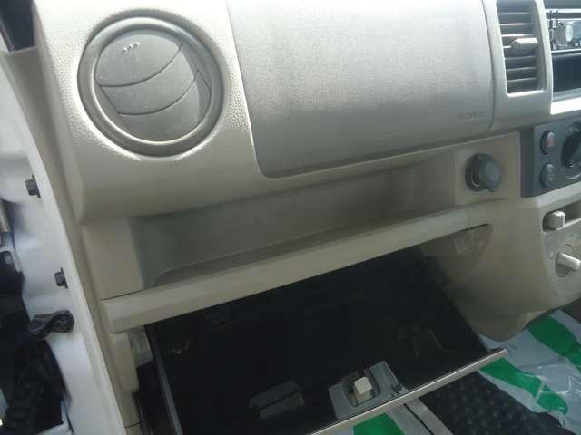 助手席前方には小物&書類などが収納できるグローブBOXがあります。