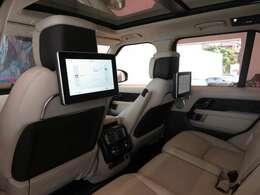 シグネチャーエンターテイメントパック(968,000円)「後席には独立した10.2インチのモニターを装備しております。専用のヘッドホンにてプライベートな空間をお楽しみください。」