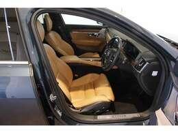 車内は高級感あふれる本革シートに包まれます。