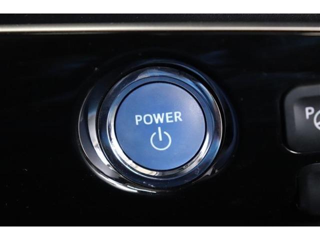 ハイブリッド車ならではのブルーのエンジンスタートボタン。