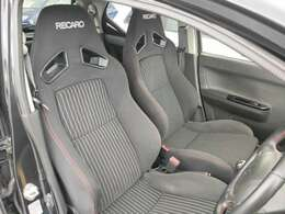 フロントシートは純正でレカロのセミバケットで、高速旋回でもしっかりとホールドしてくれます。