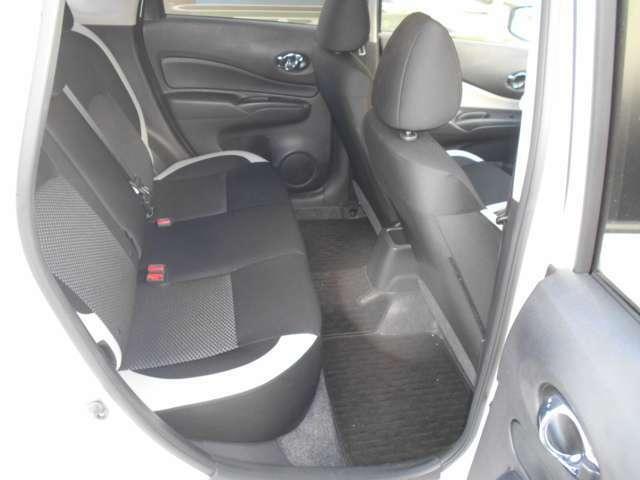 乗り降りしやすい後部座席。