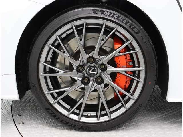 BBS製鍛造アルミホイール(スパイラル10本スポーク)を装着。フロントタイヤサイズは255/35ZR19、リヤタイヤサイズは275/35ZR19です。